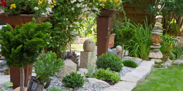 gepflegter steingarten im gartenbau
